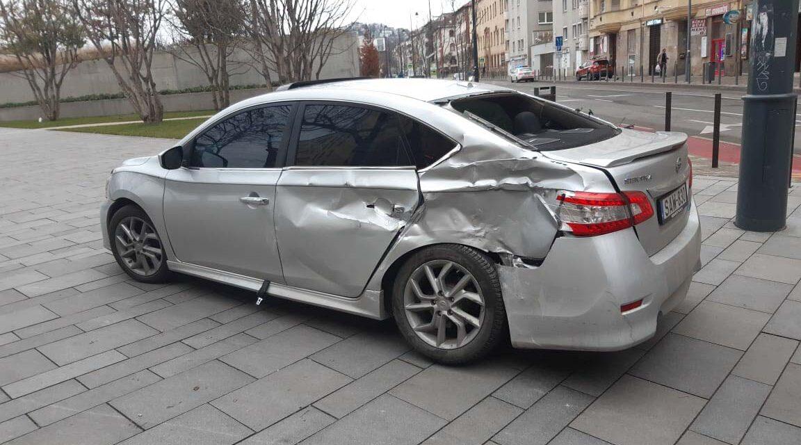 Villamossal ütközött egy szabálytalanul kanyarodó autós a Margit körúton, Budapesten: a sofőr sokkot kapott a baleset miatt