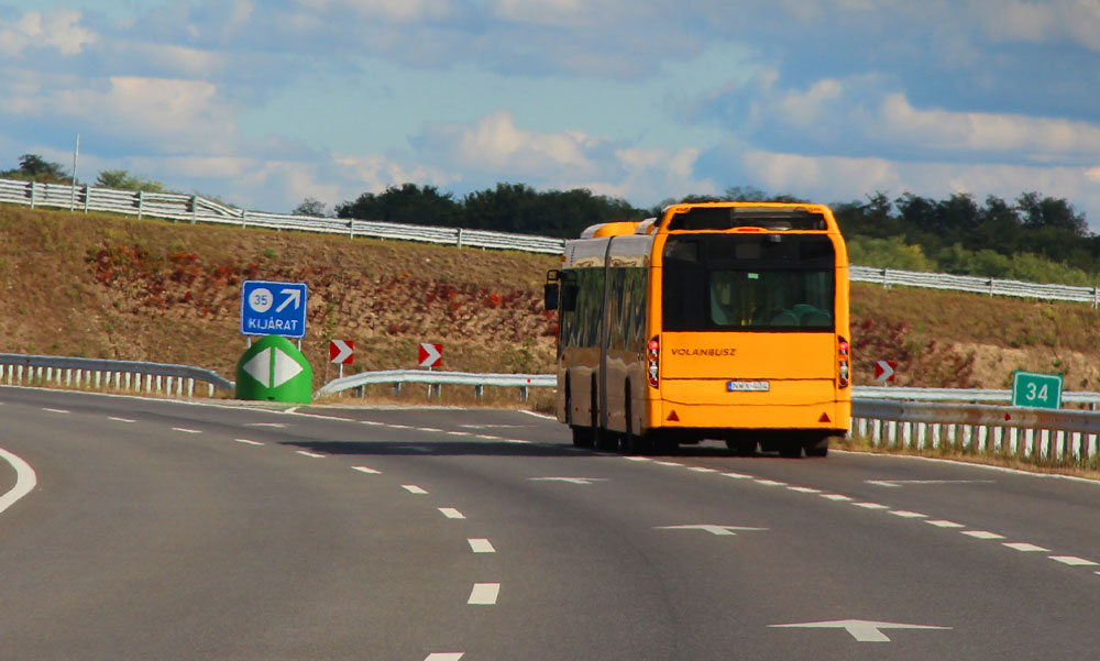 Egy ismeretlen betegség okozta a bajt: így hajtott oszlopnak Győrben egy buszvezető, aki most újra volán mögé ülhetett