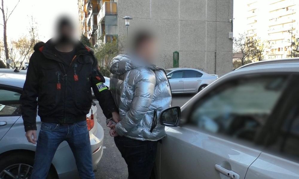 """""""Rendőrség, azonnal kiszállni!"""" – Budapesten, a kőbányai lakótelep parkolójában csaptak le a drogdílerekre, a járdára pakolták ki a kábítószert a zsaruk"""