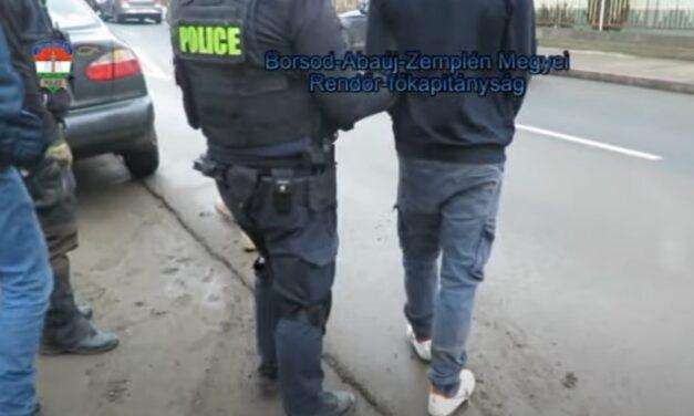 Videón a rajtaütés: így kapták el a zsaruk az ózdi dílereket