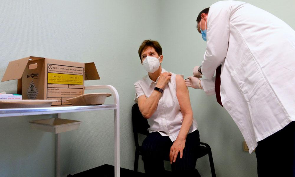 BRÉKING! Megkezdődött az oltás a koronavírus-vakcinával, Szlávik doktor beadta a kollégáinak az első Pfizer-vakcinát