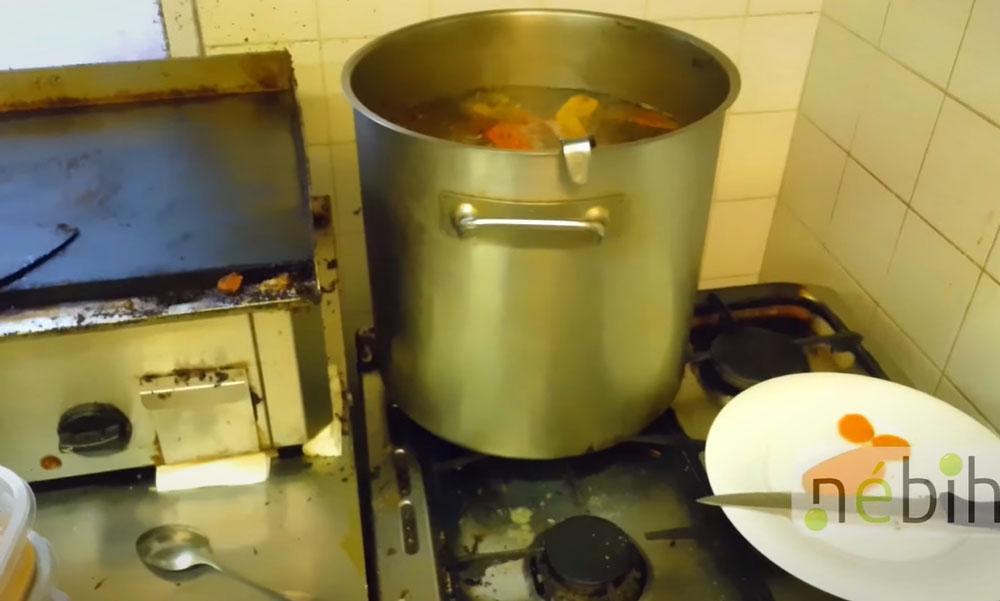 Elájulsz, ha meglátod milyen körülmények között készült egy budapesti étteremben a házhoz szállított étel