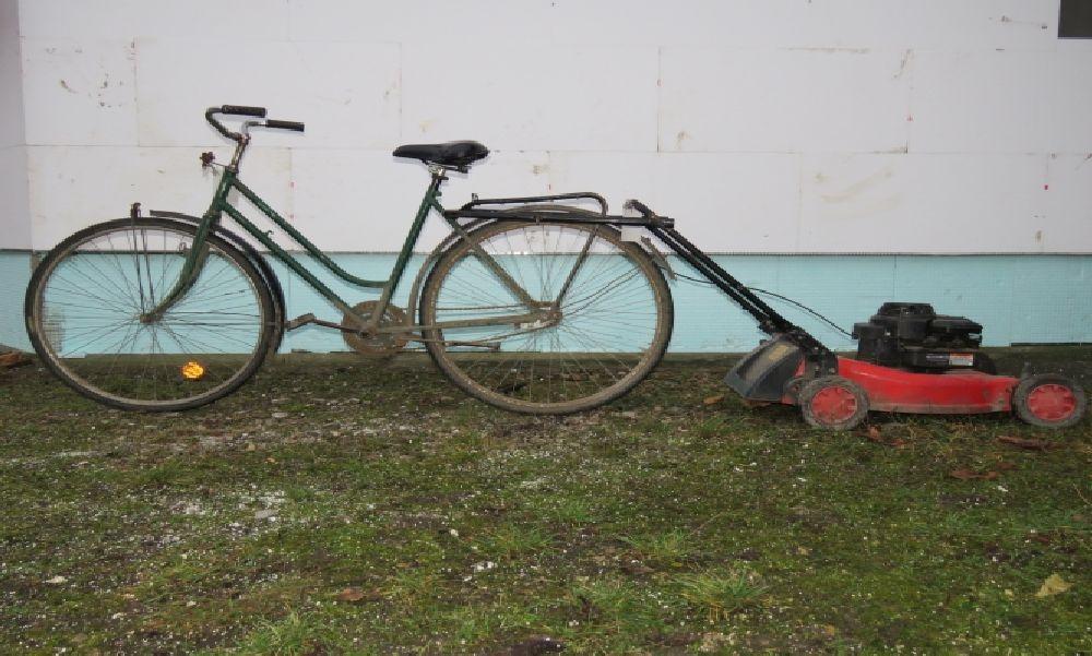Ilyen nincs: lopott biciklivel húzta maga után a lopott fűnyírót