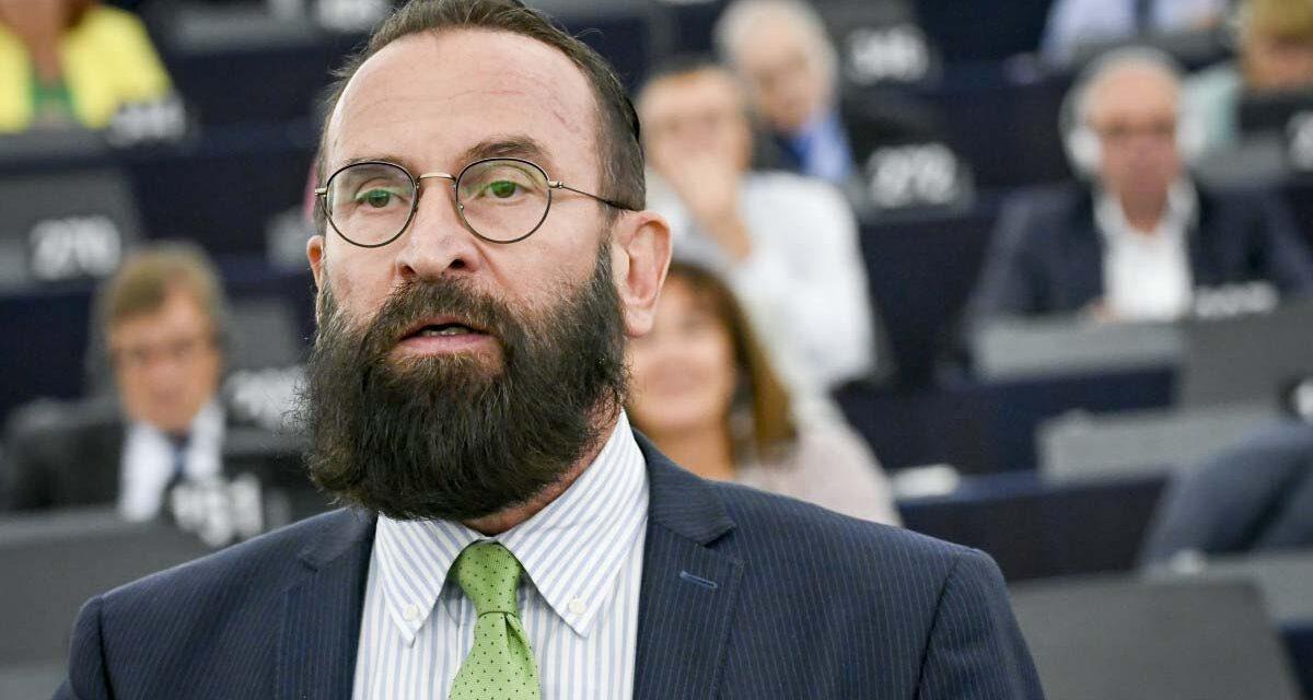Dagad a botrány Szájer József körül: a brüsszeli ügyészség közleménye szerint véres kézzel, kábítószerrel a táskájában menekült az ereszcsatornán a politikus