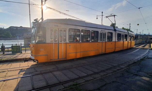 Ököllel esett neki a villamos vezetőjének Budapesten a dühös férfi, mert nem engedték felszállni