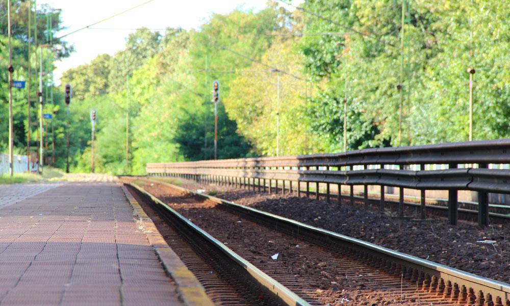 Rejtélyes holttest a síneken, a rendőrök is csak vakarják a fejüket, hogy senkinek sem hiányzik a férfi?