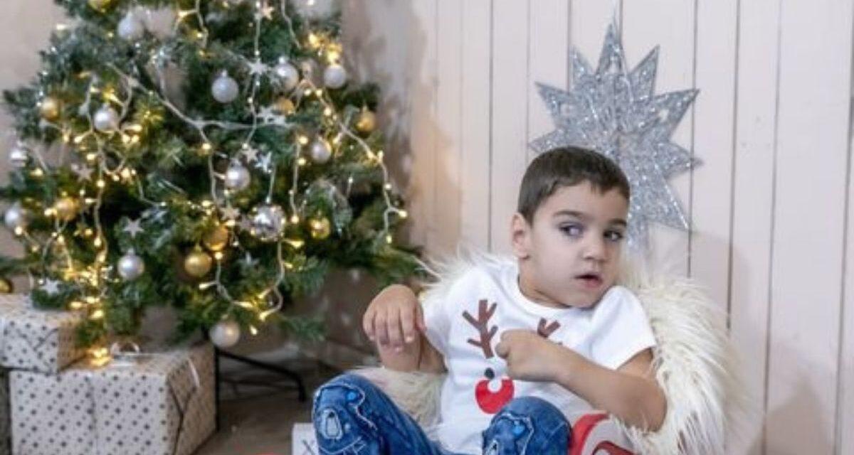 A szabadabb élet reményében gyűjt egy csehországi műtétre a 4 éves Áron családja – Ezzel a betegséggel született a kisfiú