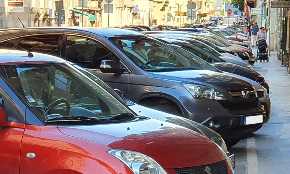 Vége lesz az ingyenes parkolásnak, akár 100 ezer forintba is kerülhet, ha a fővárosban az utcán hagyod az autód