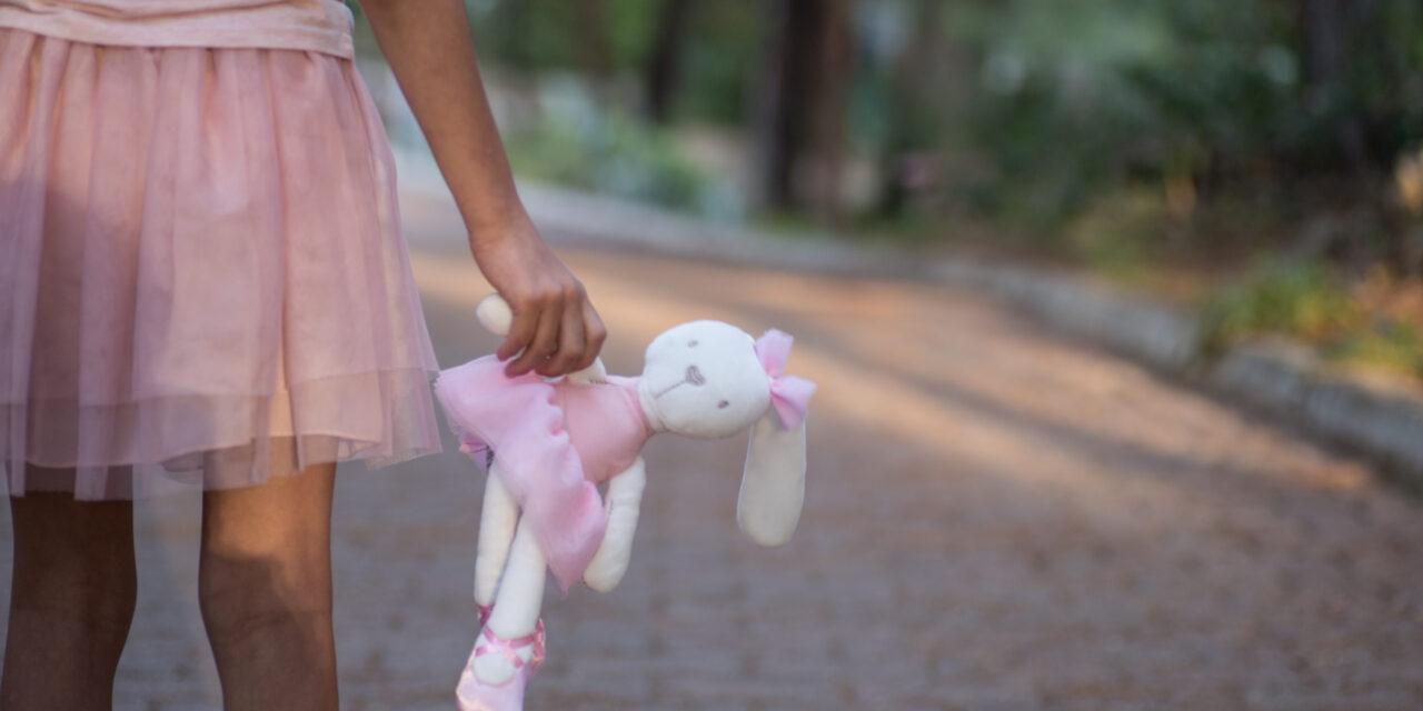 Tragédia: az anya és az apa is belehalt a koronavírusba, egy 6 éves kislány maradt most árván