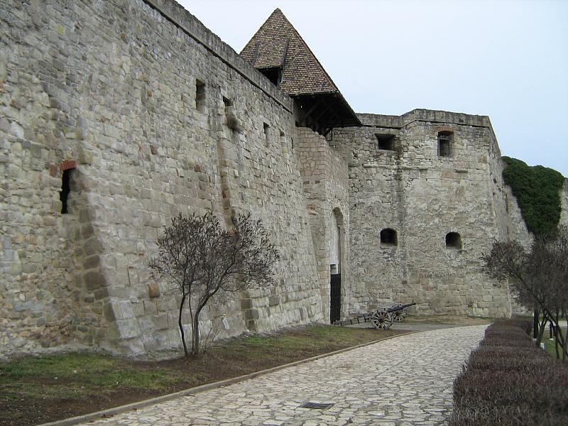 Döbbenetes felvételek: leomlott az egri vár egyik támfala