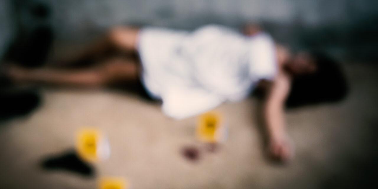 Az asztalra dőlve találtak rá: 20 késszúrás végzett a fiatal tanárnővel
