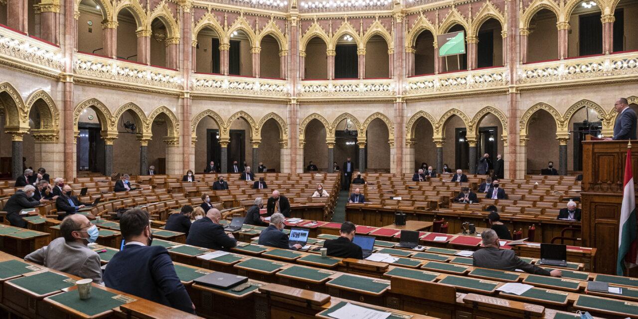 Döntött a parlament, hiába az ellenzék kifakadása: eddig biztosan marad a veszélyhelyzet Magyarországon