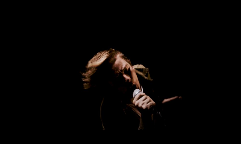 """""""A karizmájával, az előadásával kiemelkedett az átlagból"""" – a  Tankcsapda tagjai is gyászolják az AWS énekesét"""
