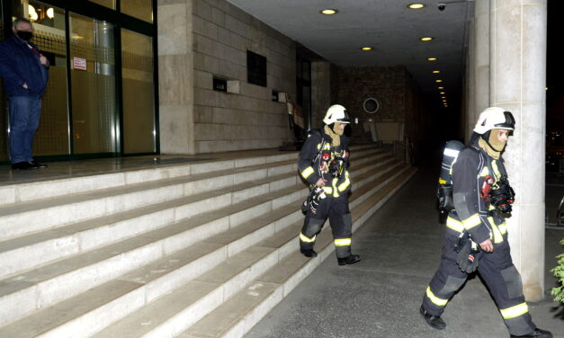 A jobbikos szakértő kezében robbant egy füstgránát az Országgyűlés Irodaházában, így magyarázza a történteket a frakció – Fotó a helyszínről