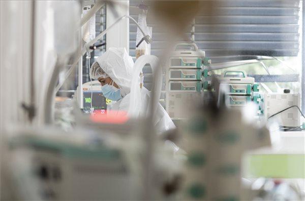 Koronavírus: 272 emberéletet követelt a járvány itthon, közben közel 3 millió ember megkapta az oltást