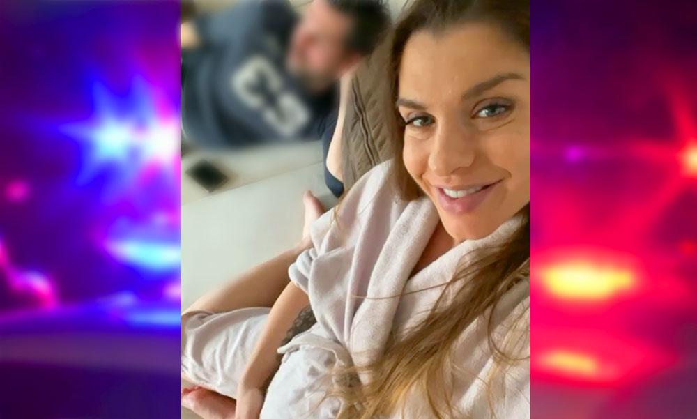 A kocsiban indult meg Dér Heni szülése, szirénázó rendőrautóval kísérték a kórházba az énekesnőt